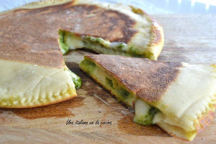 Focaccia rapida con queso y pesto